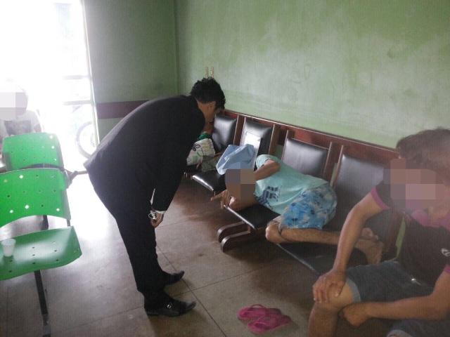 Deputado Wellington conversa com paciente que aguarda atendimento deitado em banco de madeira
