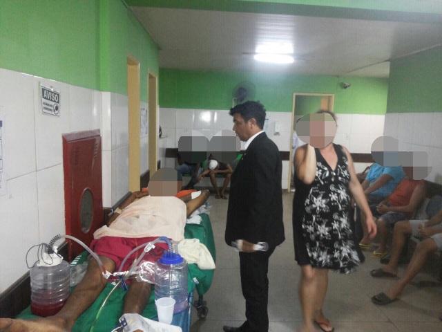 Mal acomodado em maca, em corredor, paciente denuncia atendimento precário ao parlamentar