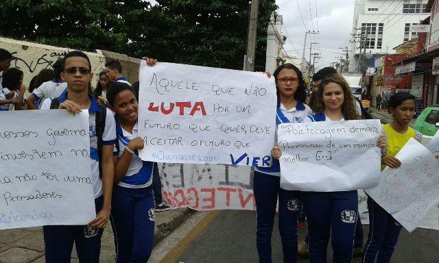 Portando faixas e cartazes, estudantes denunciaram desmonte da escola de tempo integral