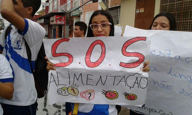 Alunos interditaram trecho da Rua Grande em frente à escola e depois saíram em passeata até a Seduc, no Monte Castelo