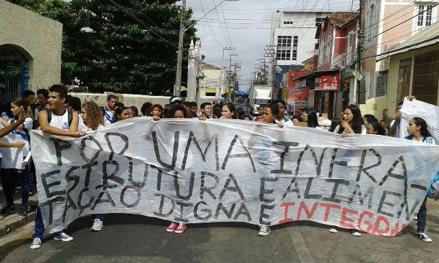 Com mensagem escrita em faixa, estudantes cobraram infraestrutura e alimentação digna e integral