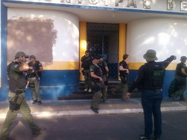 Policiais em frente à Prefeitura de Anajatuba para o cumprimento do mandado de busca e apreensão
