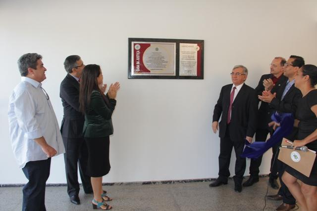 Reitor Natalino Salgado descerra placa de inauguração da Casa da Justiça, na Cidade Universitária