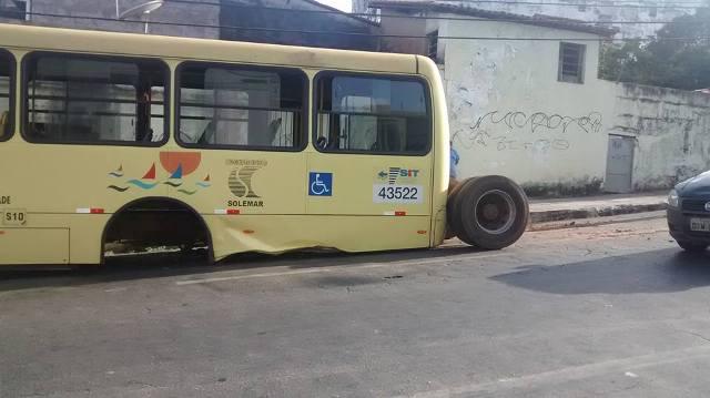 Ônibus perdeu eixo traseiro quando trafegava pela Rua das Cajazeiras, no Centro
