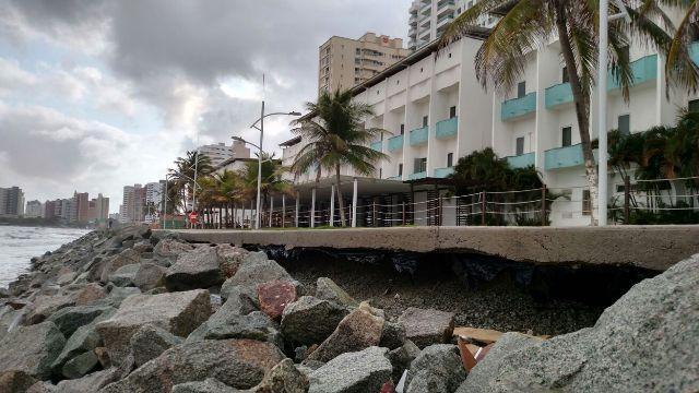Estragos feitos pela maré de sizígia na orla da Ponta d'Areia