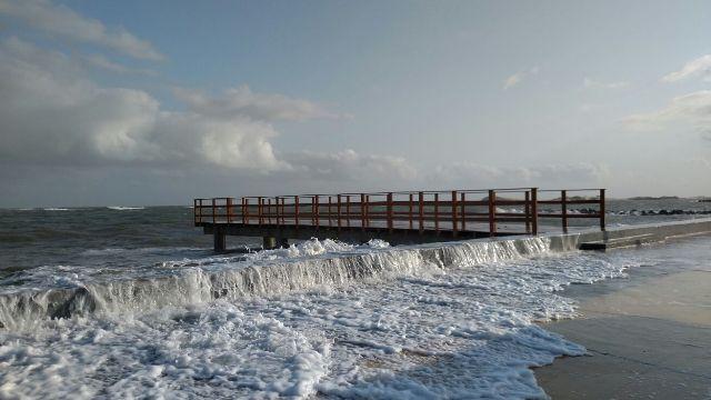 Impacto das ondas chama atenção no trecho urbanizado do Espigão Costeiro