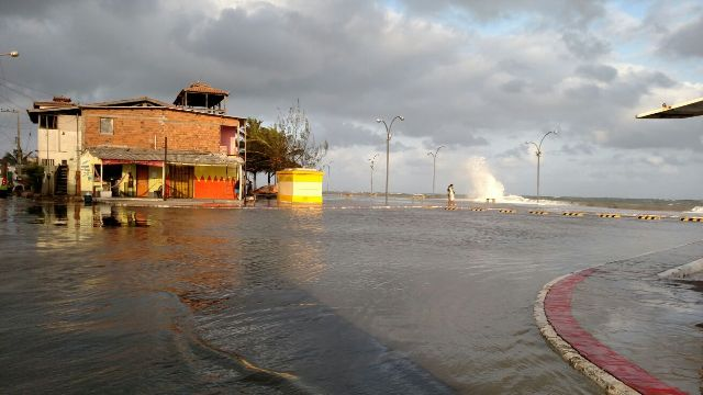 Água do mar invadindo trecho do calçadão próximo ao cais de Raposa