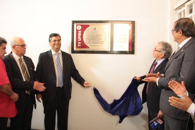 Reitor Natalino Salgado, governador Flávio Dino, diretor Silvano Bezerra e presidente da Assembleia, Humberto Coutinho, descerram placa de inauguração da TV UFMA
