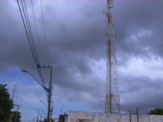 Antenas de transmissão de sinal de telefonia colocam a população em risco
