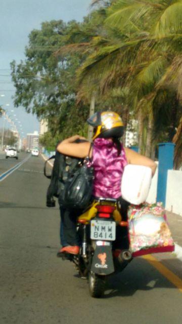 Mulher foi flagrada viajando perigosamente na garupa de moto