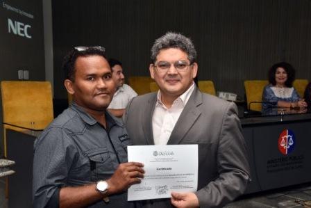Geraldo entrega certificado a professor qualificado em curso