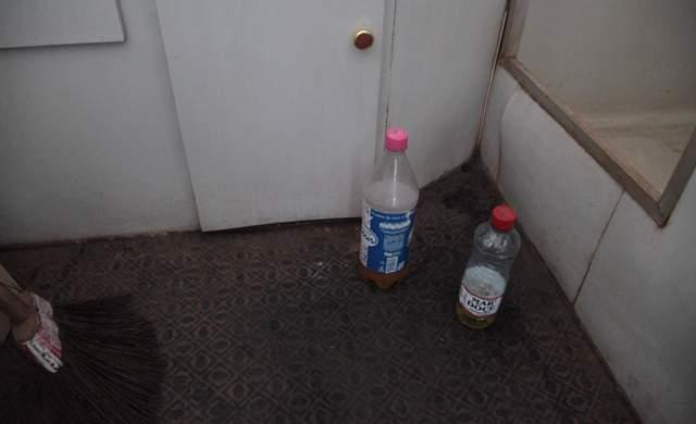 Garrafas pet usadas pelos policiais para urinar ficam jogadas pelo chão do trailler (Fotos: Flora Dolores)