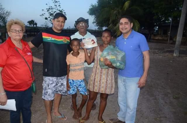 Deputado Zé Inácio entrega cesta básica a moradora de uma das localidades visitadas