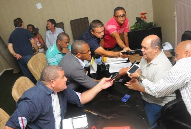 Astro de Ogum fala a profissionais de imprensa sobre melhorias físicas que resultarão da reforma na Câmara Municipal