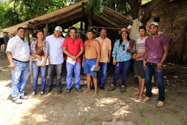 Secretário Rodrigo Costa (de vermelho) com técnicos da Secretaria de Agricultura e da Embrapa
