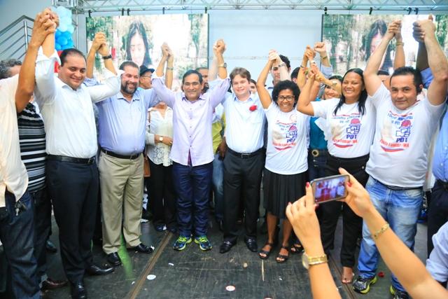 Prefeito Josemar Sobreiro e o vice, Marconi Lopes, de mãos dadas com Weverton Rocha e Carlos Lupi em sinal de apoio à reeleição dos atuais gestores de Paço do Lumiar
