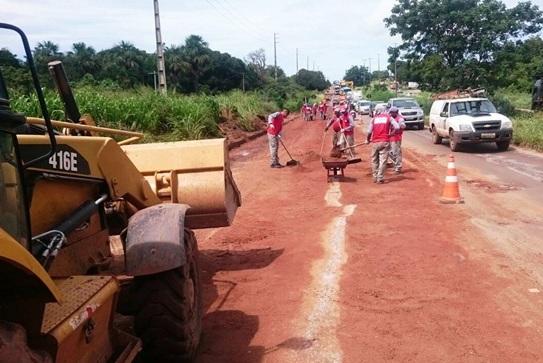 Na primeira etapa, estão sendo executados serviços de tapa-buracos no KM-15, em Pedrinhas