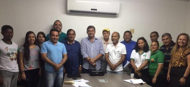 Prefeito Josemar Sobreiro e o secretário Rodrigo Costa com representantes de associações, cooperativas e agricultores