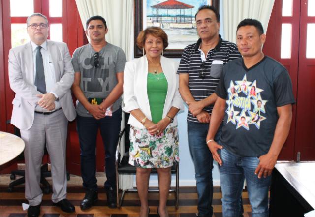 Corregedora Anildes Cruz  e o juiz José Américo Abre Costa com pais de vítimas de acidente em Bacuri
