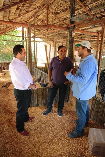 Prefeito Josemar Sobreiro e secretário Rodrigo Costa visitam aviário na localidade Mojó