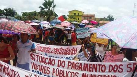 Servidores foram às ruas, mesmo debaixo de chuva, para reivindicar seus direitos