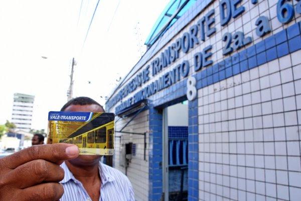 Usuário exibe Cartão de Transporte, que dá direito ao Bilhete Único em ônibus