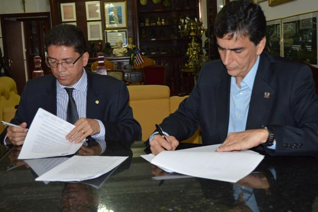 Secretário Jefferson Portela e reitor Saulo Martins assinam o convênio celebrado entre a SSP e a Universidade Ceuma
