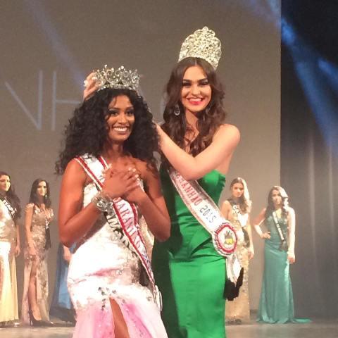 Deise D'anne é coroada pela Miss Maranhão 2015, Isadora Amorim, no palco do Teatro Arthur Azevedo