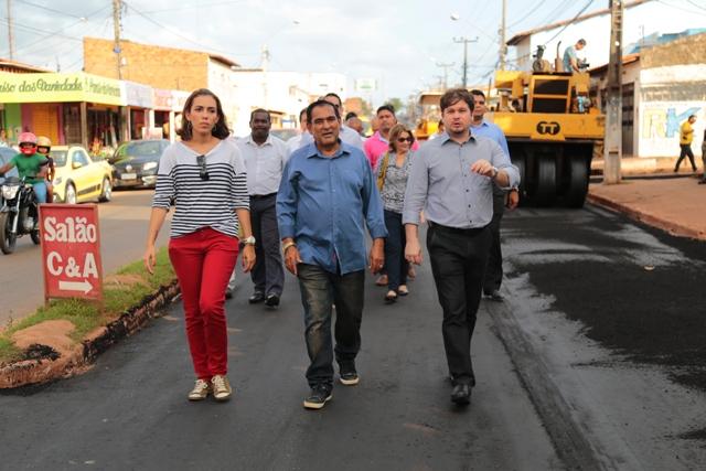 Prefeito Josemar (ao centro) vistou obra acompanhado da secretária de Infraestrutura, Andréia Feitosa, e do vice, Marconi Lopes