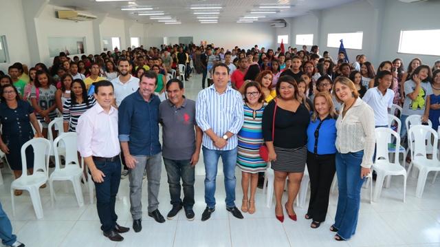 Prefeito Josemar Sobreiro e a primeira-dama, Ivone Oliveira, com o secretário de Educação, Júlio Sales, e coordenadores do programa