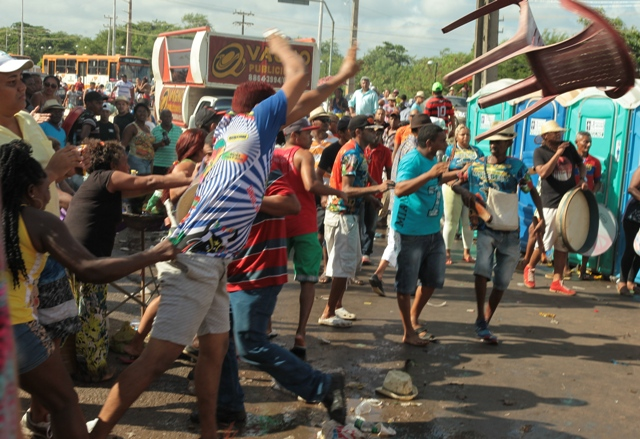 Homem atira cadeira na direção de oponentes (Fotos: Biné Morais/O Estado)
