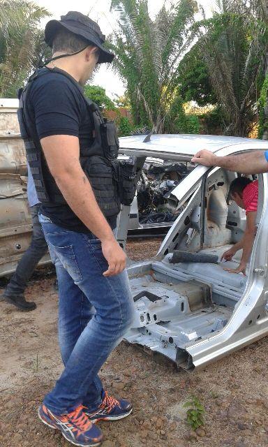 Policial verifica carcaça de veículo que seria comercializada pelo sucatão
