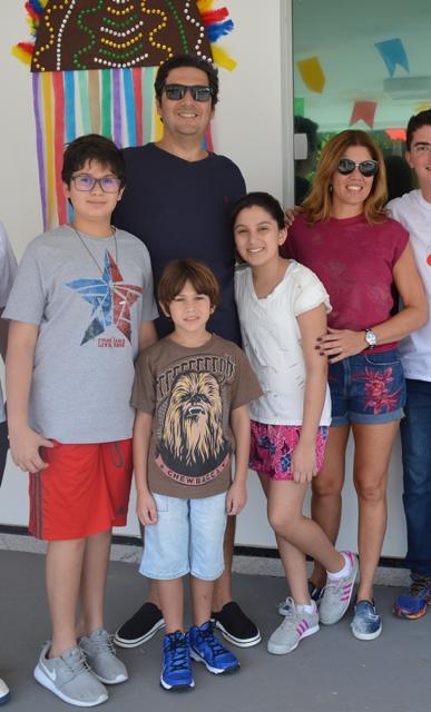 Senador Clóvis Fecury, a esposa, Carla, e os filhos Lucas, Catarina e Pedro também prestigiaram a passagem da Tocha Olímpica pelo Ceuma