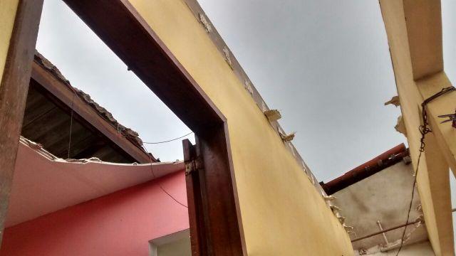 Uma das muitas casas que foram destalhadas por vendaval que deixou a população em pânico