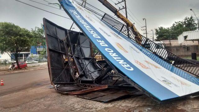 Ventania derrubou placa de centro de distribuição de empresa na Avenida Guajajaras