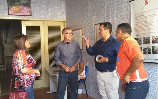 Anibal Lins conversa com apoiadores do projeto Casa Sonho de Criança, que atende portadores do vírus HIV