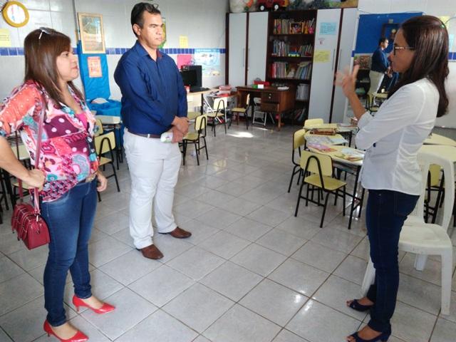 Anibal Lins conversa com a enfermeira Maria Antônia, que trabalha como voluntária na instituição