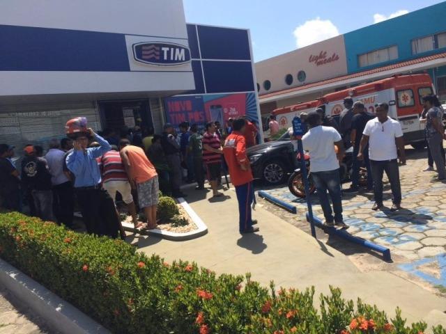Movimentação intensa de policiais, equipes de socorro e curiosos em frente à loja onde houve o tiroteio