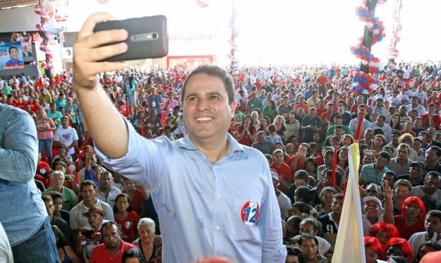 Edivaldo faz selfie tendo ao fundo multidão que o aclamou (Foto: Priscila Petrus Rodrigues)