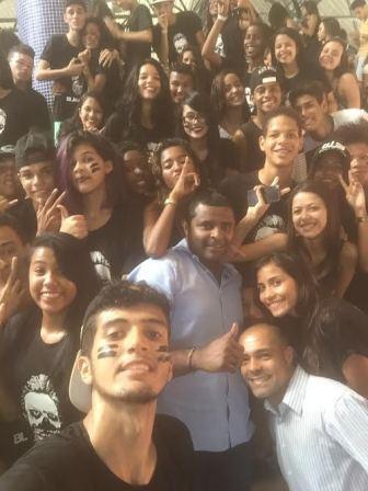Fábio Câmara faz selfie com estudantes do Liceu durante a gincana