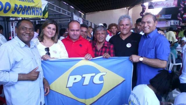 Candidata a vereadora Rose Pinheiro (de branco) e assessorem empunham bandeira do PTC