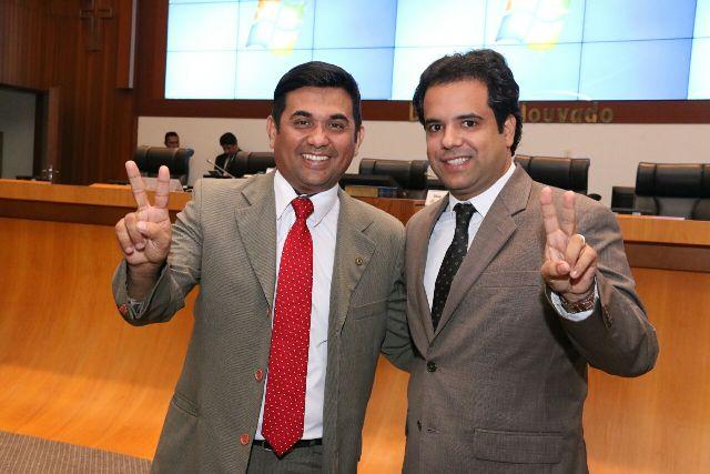 Wellington e Edilázio fazem gesto para simbolizar aliança na disputa pela Prefeitura de São Luís