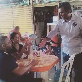 Aníbal Lins cumprimenta eleitores na feira da Liberdade