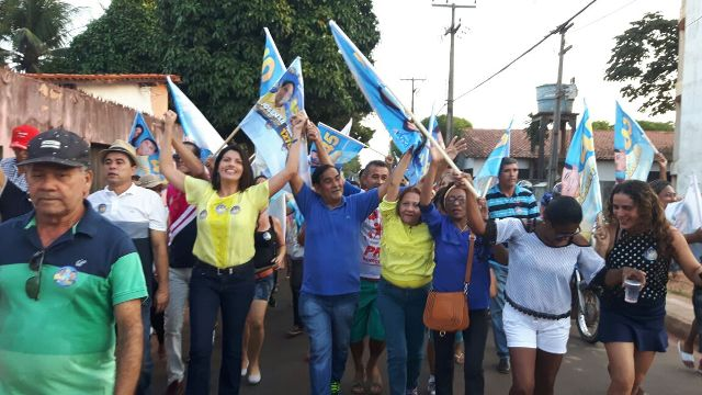 Josemar, Ana Paula e a primeira-dama, Ivone Oliveira, comandaram o cortejo do Maiobão ao Residencial Cidade Verde