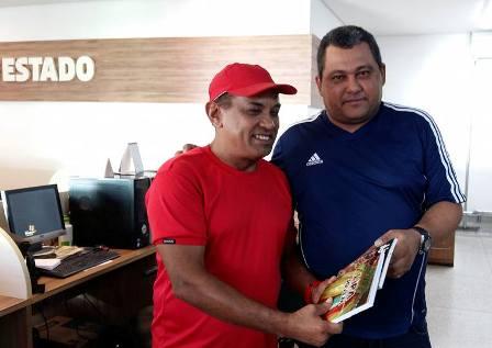 Produtor cultural Osvaldo Sousa, idealizador do projeto, entregou pessoalmente ao autor deste blog exemplares do livro do CD Lira Jovem