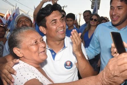 Eleitora fez questão de fazer selfie com Wellington para demonstrar seu apoio