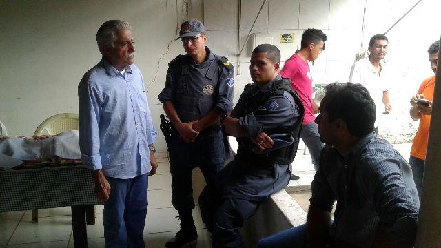 Prefeito Zé Leandro Maciel presta informações a policiais sobre atentado a suas casas
