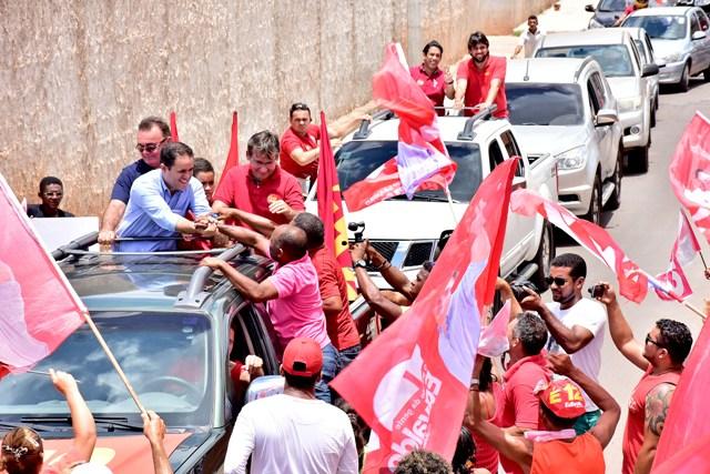 Edivaldo é cumprimentado por eleitores durante a gigantesca carreata no São Raimundo