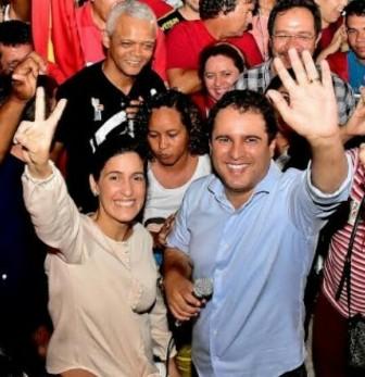 Edivaldo com a esposa Camila: vitória difícil, apesar do uso escancarado da máquina pública