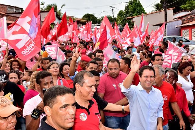 Edivaldo acena para o povo durante a caminhada, que contou com a presença de militantes, simpatizantes e muitos moradores de vários bairros da área do Itaqui-Bacanga